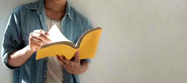 Читая книгу. концепция образования, обучения чтению. Premium Фотографии