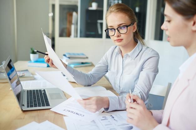 Reading financial data Free Photo