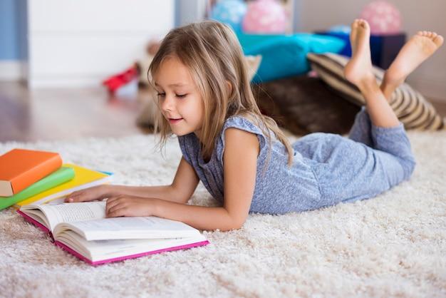 La lettura è la sua grande passione Foto Gratuite
