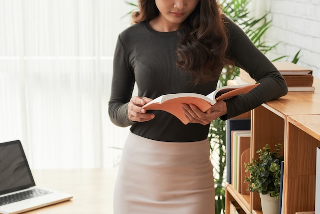 Reading woman Free Photo