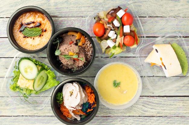 7 개의 음식 용기에 먹을 준비가 된 식사. 건강한 식사는 도시락을 빼앗아갑니다. 적절한 영양 개념, 평평한 음식 프리미엄 사진