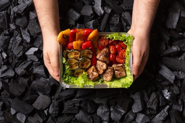 準備ができてシシカバブ。肉と野菜のグリルの部分 Premium写真