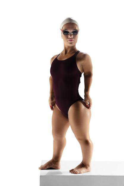 アクションの準備ができました。白で隔離水泳で練習している美しい矮星女性 無料写真