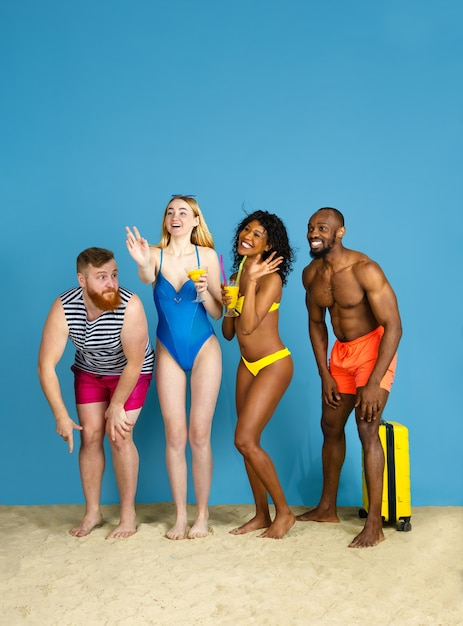 파티 준비. 휴식과 블루 스튜디오 배경에 재미 행복 젊은 친구. 인간의 감정, 표정, 여름 방학 또는 주말의 개념. 진정, 여름, 바다, 바다. 무료 사진
