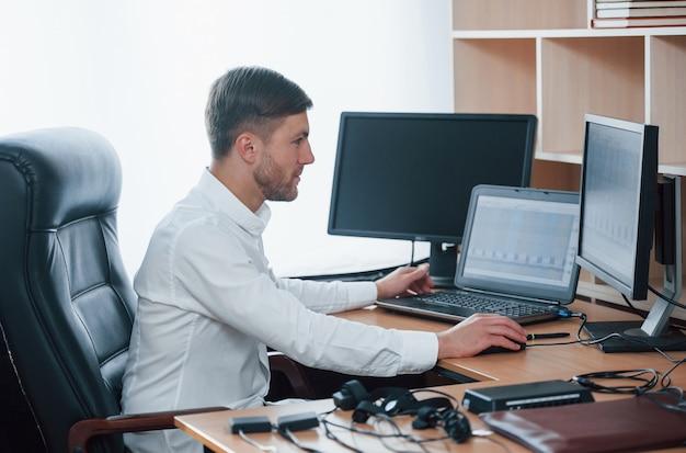 Pronto a lavorare. l'esaminatore del poligrafo lavora in ufficio con l'attrezzatura della sua macchina della verità Foto Gratuite