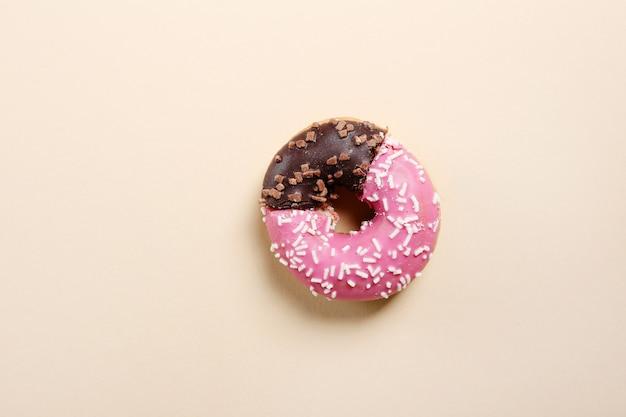 ビジネスグラフの形をした本物のドーナツ。 無料写真