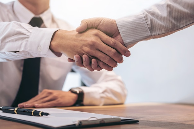 Real estate agent and customer shaking hands Premium Photo