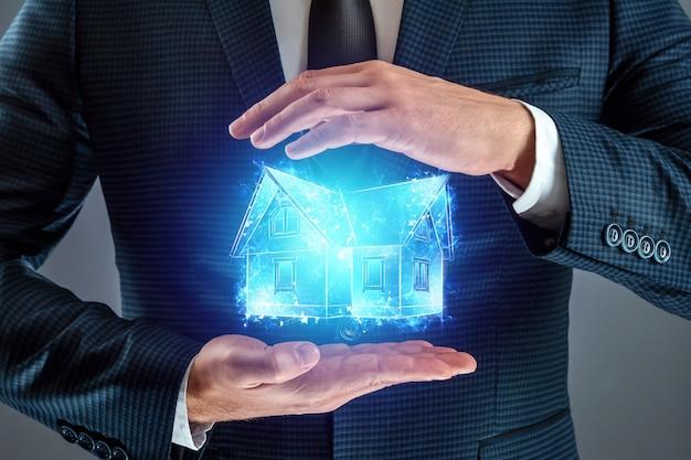 부동산 중개인은 집, 집의 홀로그램을 제공합니다 프리미엄 사진