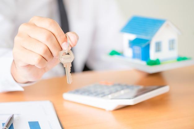 Agente immobiliare con chiavi Foto Gratuite