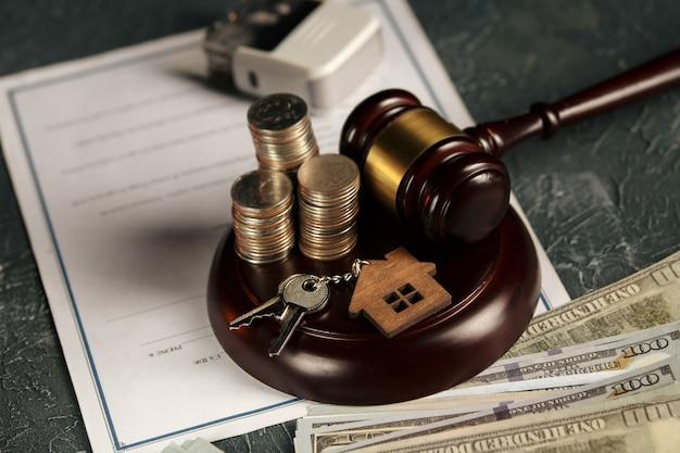 Концепция закона о недвижимости. деревянная модель дома, монеты и молоток судьи. Premium Фотографии