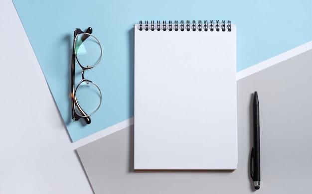 실제 사진, 밝은 회색 파란색 배경에 고립 된 디자인을 배치하는 편지지 브랜딩 모형 메모장 템플릿. 프리미엄 사진