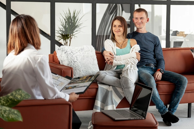 Real state agent talking with couple Premium Photo
