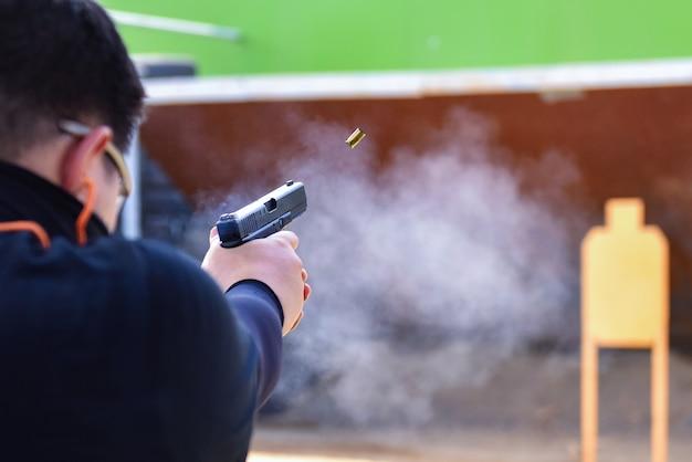 Соревнование по стрельбе из пистолета real view Premium Фотографии