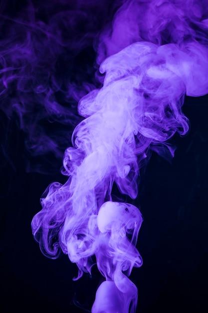 黒の背景に現実的な紫色の煙 無料写真
