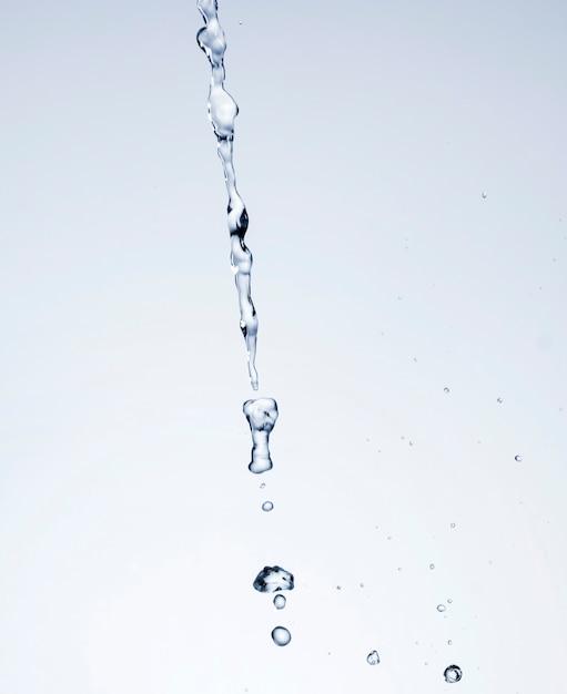 白い背景の上の現実的な水のしぶき 無料写真