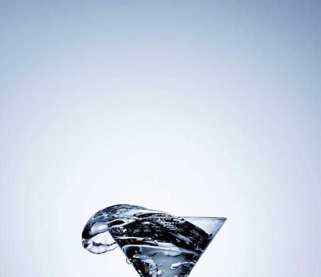 Acqua realistica in un bicchiere trasparente Foto Gratuite