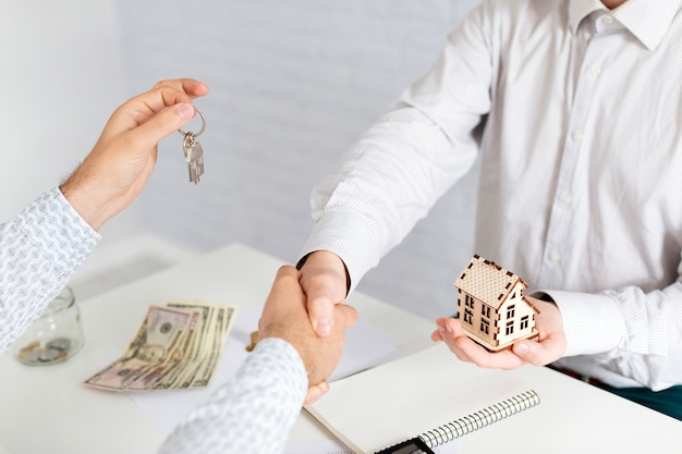Realtor handshaking with unrecognizable client Free Photo