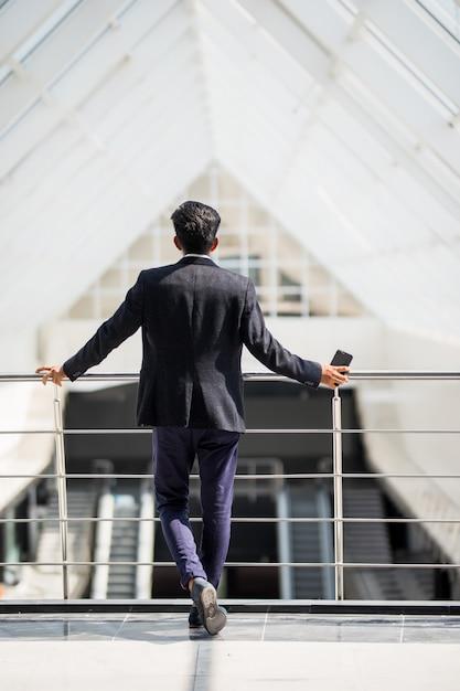 近代的なオフィスのビジネスマンの背面図 無料写真