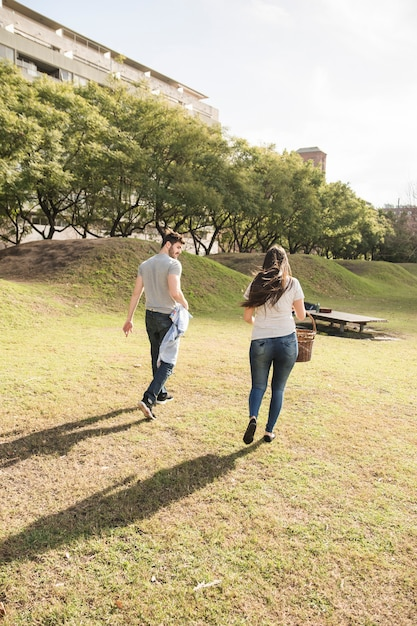 A couple walking through the park. | Photo: Freepik