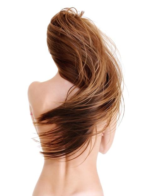Vista posteriore della giovane donna con i capelli lunghi dritti di bellezza a forma d'onda - su un bianco Foto Gratuite