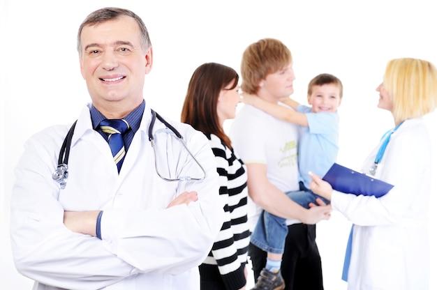 병원에서 자녀와 함께 젊은 가족의 접수 무료 사진