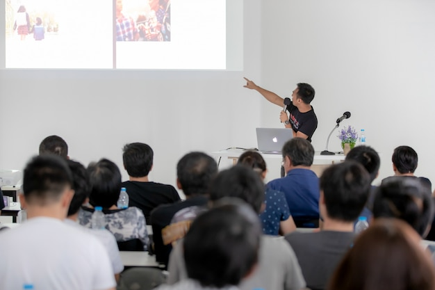 Recource speaker in conference room. Premium Photo