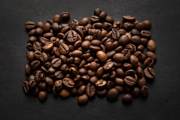 暗い表面に焙煎したコーヒー豆で作られた長方形 Premium写真