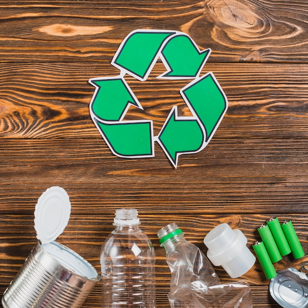 Recycle icon with recycle product on wooden textured backdrop Free Photo