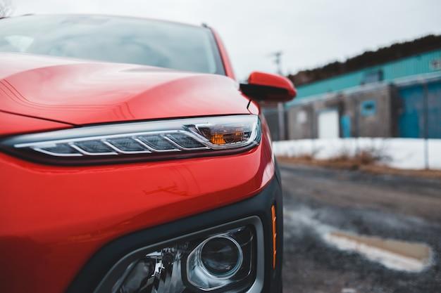 昼間の道路上の赤と黒の車 無料写真