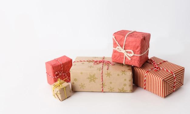 Красные и коричневые рождественские подарки на столе Premium Фотографии