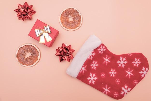 Красные и коричневые подарки падают в деды морозах или святого николая на розовых сапогах Premium Фотографии