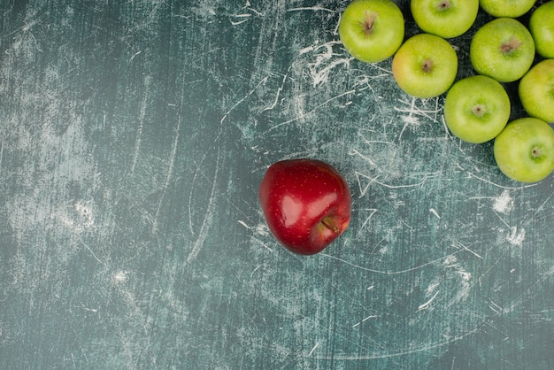 大理石のテーブルに赤と緑のリンゴ。 無料写真