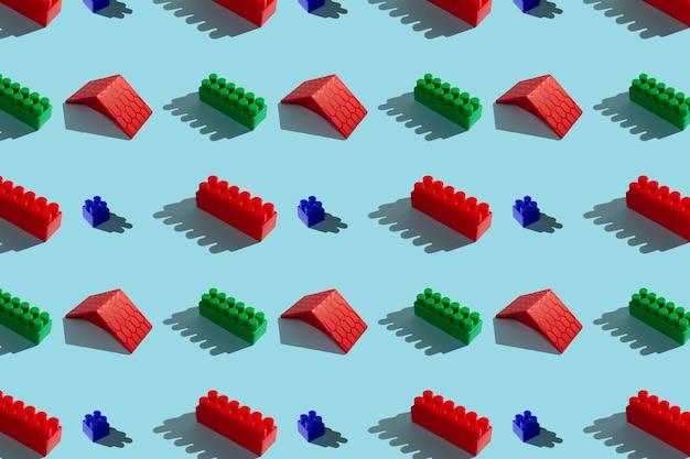 파란색 배경, 완벽 한 패턴에 빨간색과 녹색 건설 블록 프리미엄 사진