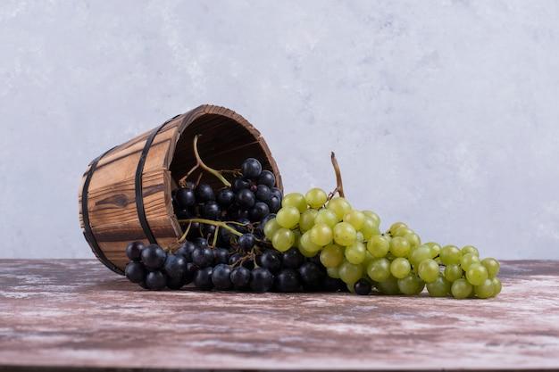 Красные и зеленые грозди винограда из деревянного ведра. Бесплатные Фотографии