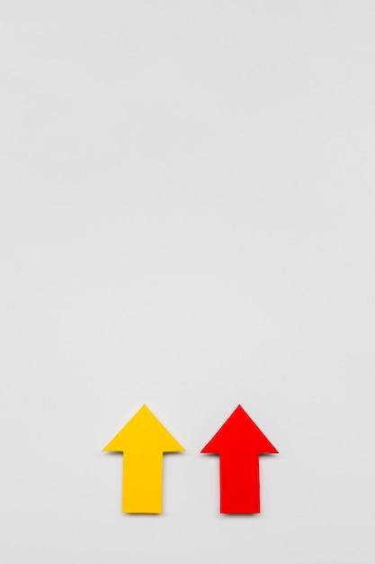 Красные и желтые знаки стрелки с копией пространства Бесплатные Фотографии