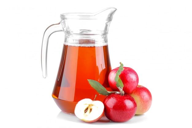 赤いリンゴと孤立した白地の瓶にリンゴジュース Premium写真