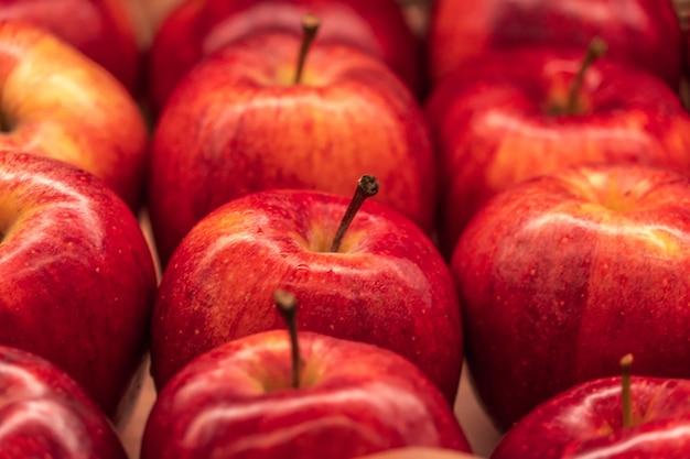かごの中の赤いリンゴ Premium写真