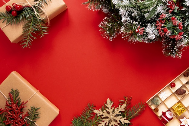Red background with christmas decorations Free Photo