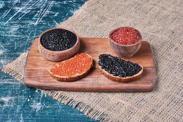 Caviale rosso e nero su fette di pane. Foto Gratuite