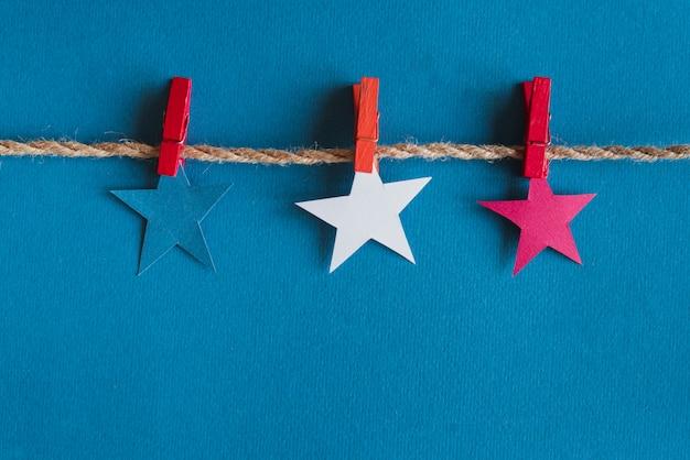 Stelle rosse blu e bianche sulla corda Foto Gratuite