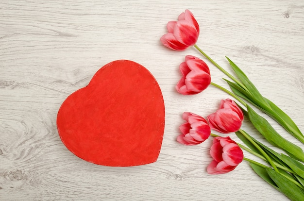 Red box heart shaped and pink tulips Premium Photo