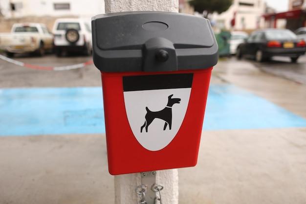 犬のうんち屋外用パッケージの赤い箱 Premium写真