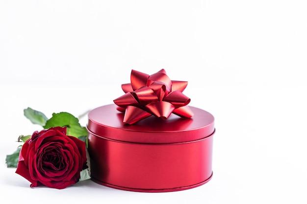 白にバラの赤い箱 無料写真