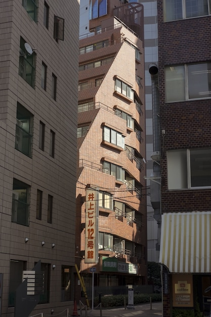 Здание из красного кирпича залито светом Бесплатные Фотографии