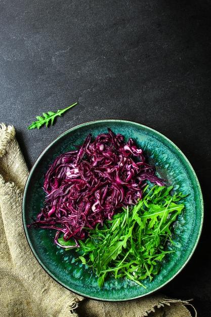 Красная капуста, салат из сырых овощей (салат из капусты, вкусная закуска или голубая капуста) Premium Фотографии