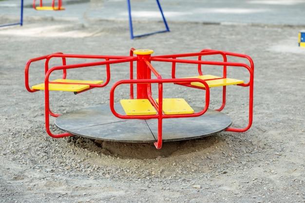 Красная карусель на детской площадке Premium Фотографии