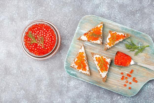 Красная икра в стеклянной посуде и в ложке Бесплатные Фотографии