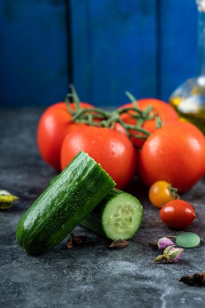 赤いチェリートマトと緑のきゅうり 無料写真