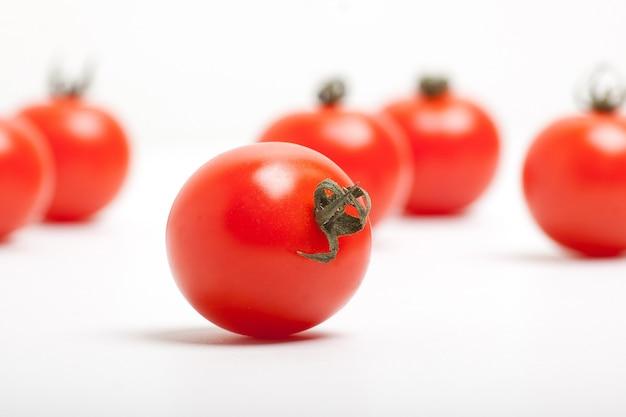 白地に赤いチェリートマト Premium写真