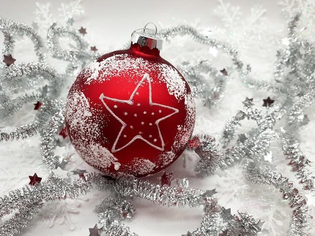 Красный елочный шар с серебряным декором Бесплатные Фотографии